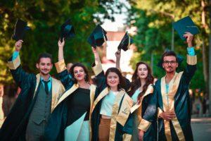 Imagem de 5 universitários se formando